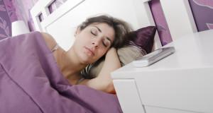 ragazza-letto-cellulare